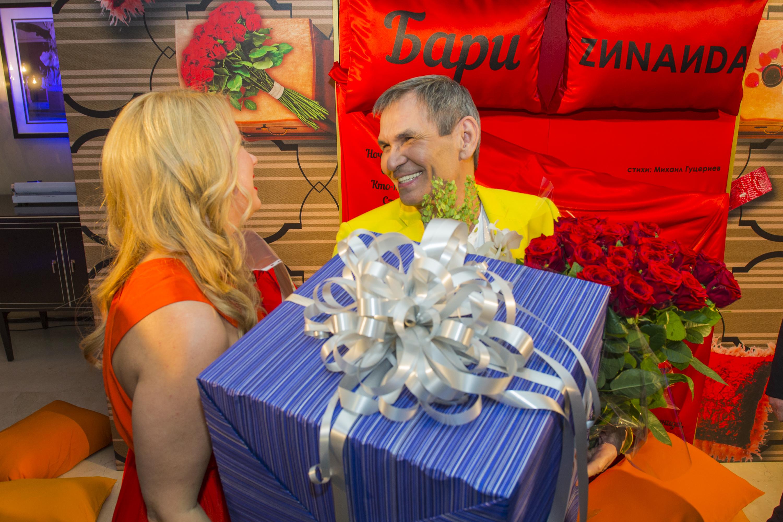 Дизайнер Елена Крылова на день рождения Бари Алибасову подарила актуальный подарок